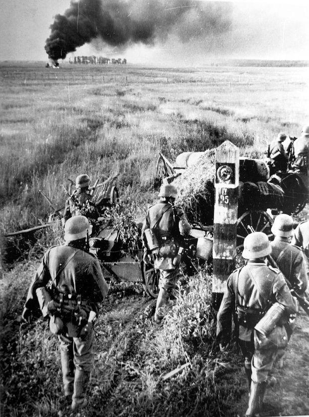 German_troops_crossing_the_Soviet_border