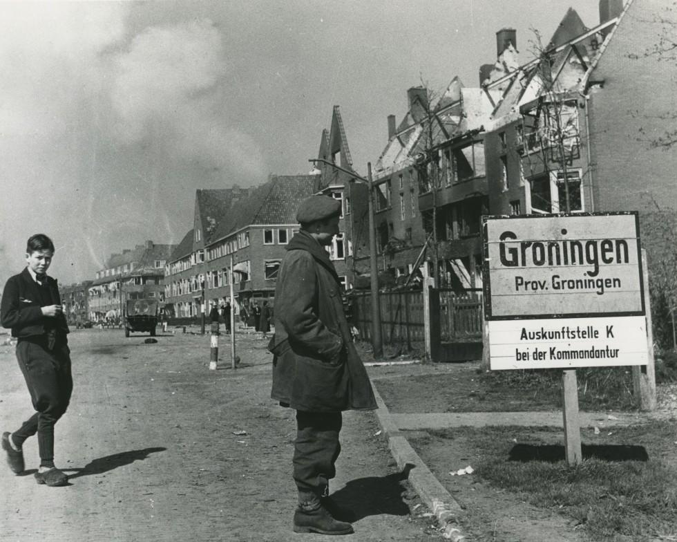 lt-dave-heap-kijkt-naar-het-bord-van-de-stad-groningen-aan-de-paterswoldseweg