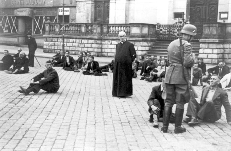 Polish_Priest_as_a_German_Hostage_1939