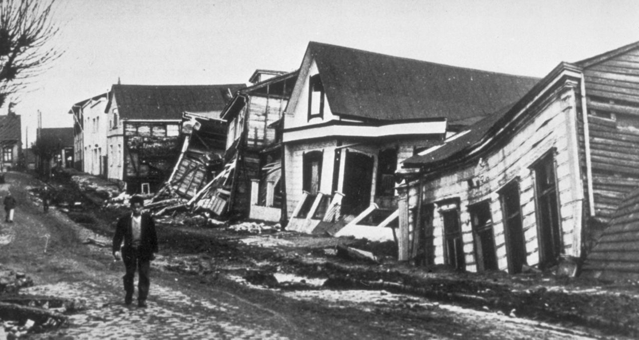 1280px-Valdivia_after_earthquake,_1960