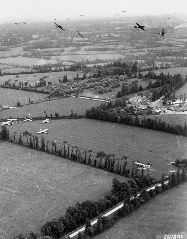 800px-US_glider_reinforcements_arrive_on_D-Day_1944