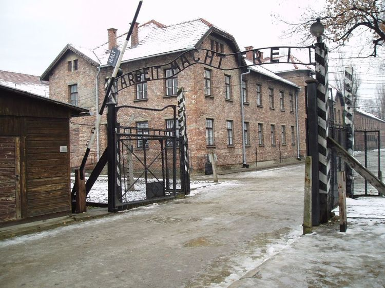 Arbeit_macht_frei_sign,_main_gate_of_the_Auschwitz_I_concentration_camp,_Poland_-_20051127