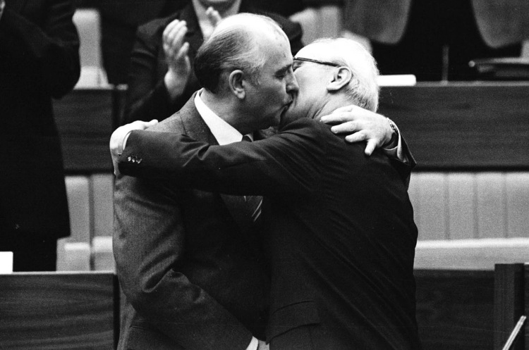Gorbachev_Honecker_kiss_1986