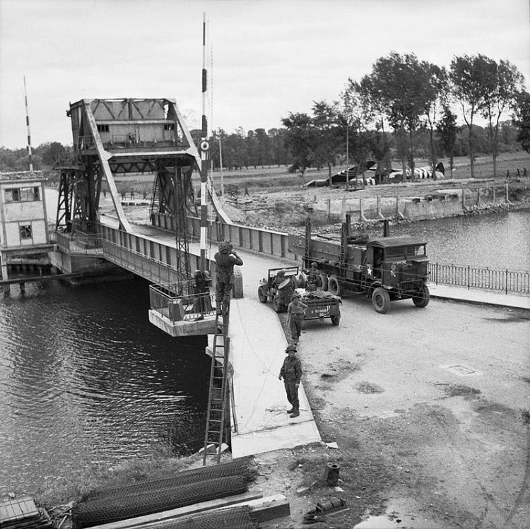 Pegasus_Bridge,_June_1944_B5288
