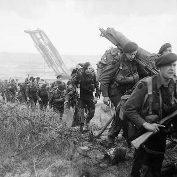 Royal_Marine_Commandos_attached_to_3rd_Division_move_inland_from_Sword_Beach_on_the_Normandy_coast,_6_June_1944._B5071