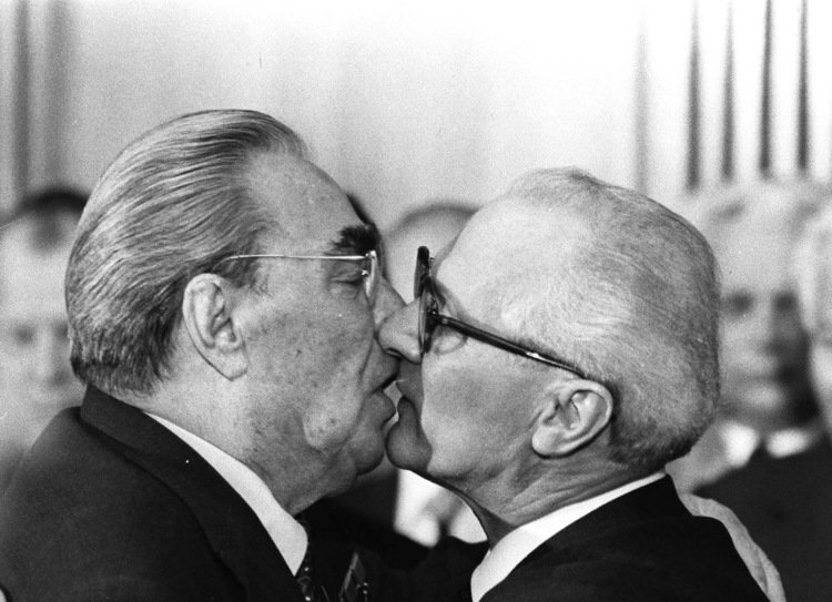 socialist_kiss_brezhnev_honecker_1979_2