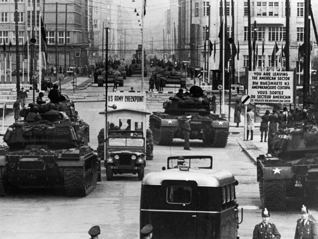 The standoff at Checkpoint Charlie Soviet tanks facing American tanks, 1961 (1)