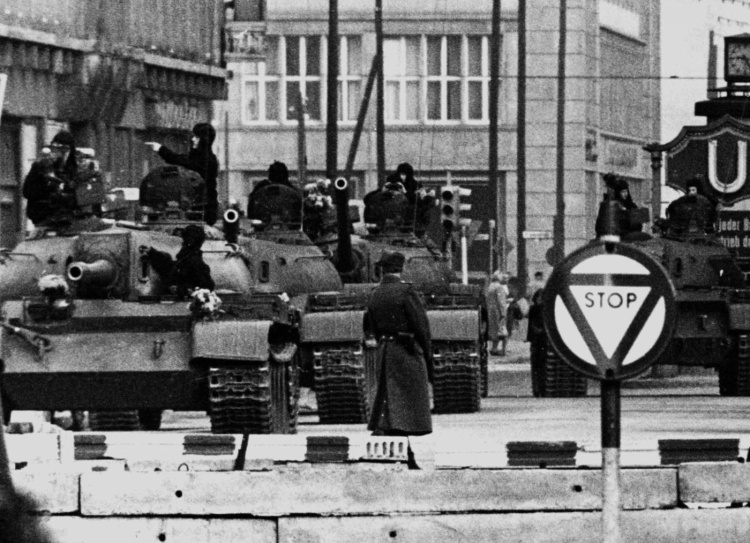 The standoff at Checkpoint Charlie Soviet tanks facing American tanks, 1961 (3)