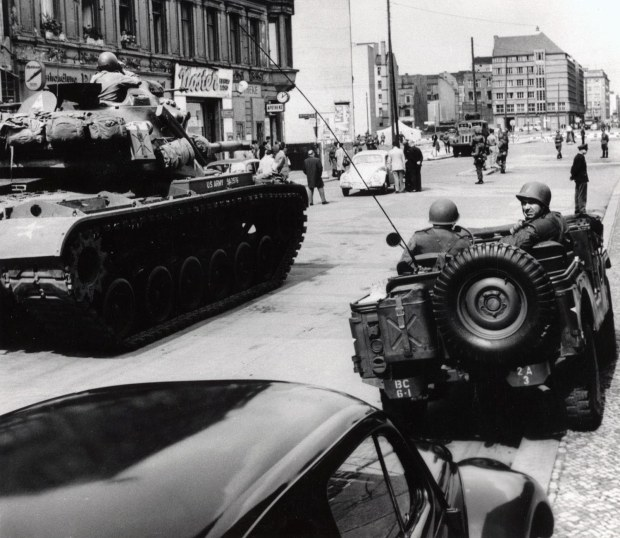 The standoff at Checkpoint Charlie Soviet tanks facing American tanks, 1961 (4)