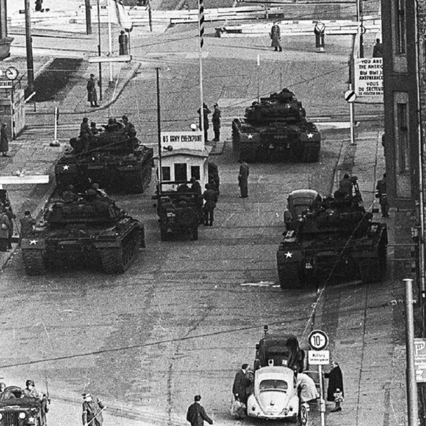 The standoff at Checkpoint Charlie Soviet tanks facing American tanks, 1961 (5)