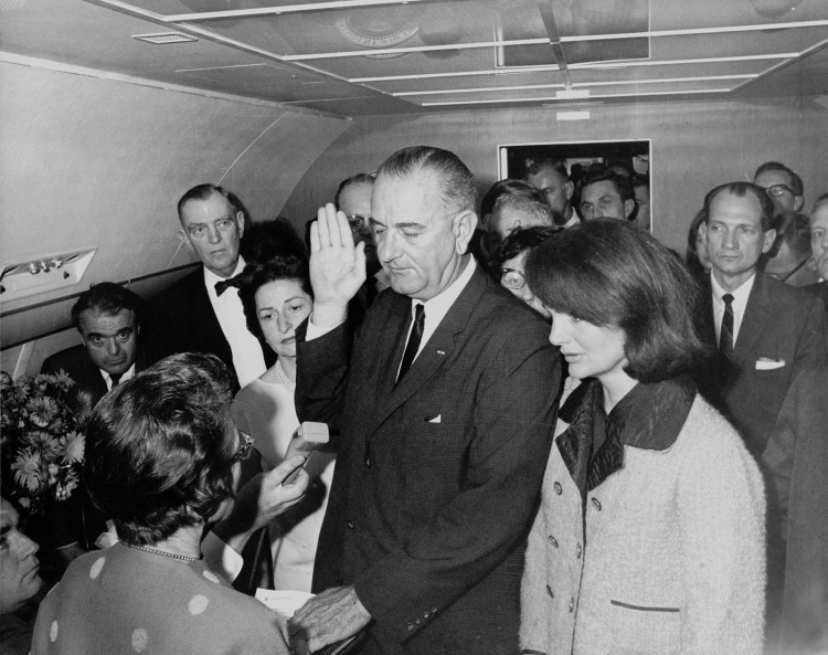 Lyndon_B_Johnson_taking_the_oath_of_office_1