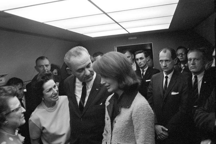 Lyndon_B_Johnson_taking_the_oath_of_office_2