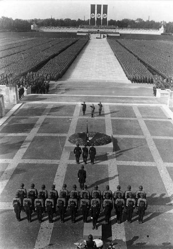 Bundesarchiv_Bild_102-04062A,_Nürnberg,_Reichsparteitag,_SA-_und_SS-Appell