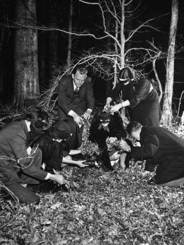 burying-effigy-of-hitler