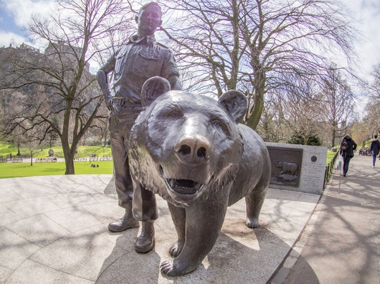 Wojtek_bear_statue_in_Princes_Street_Gardens