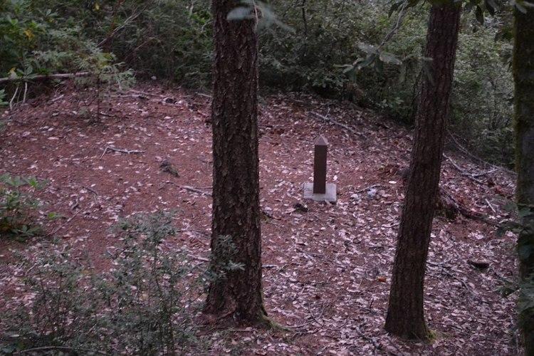 1024px-Wheeler_Ridge_Japanese_Bomb_Site_(Brookings,_Oregon)