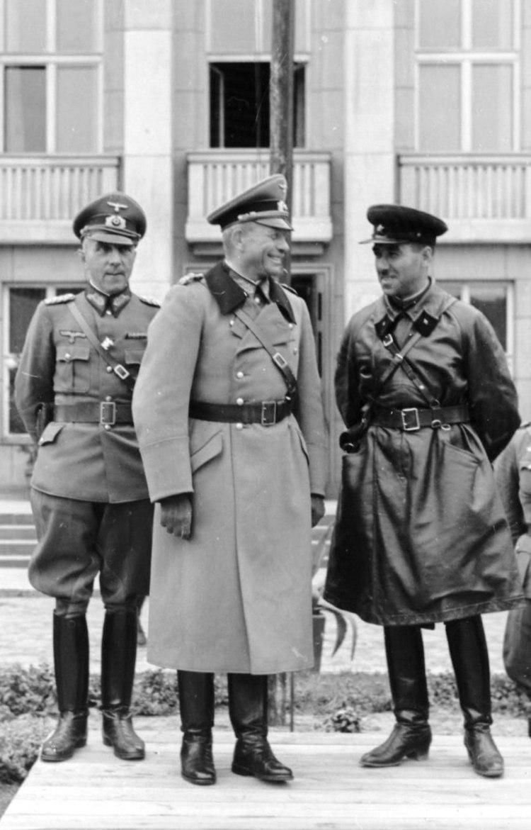 800px-Armia_Czerwona,_Wehrmacht_22.09.1939_wspólna_parada