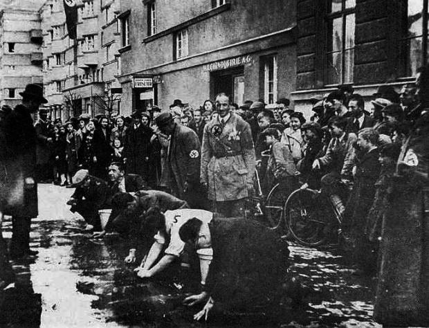 Austrian-Jews-scrub-sidewalk_1938