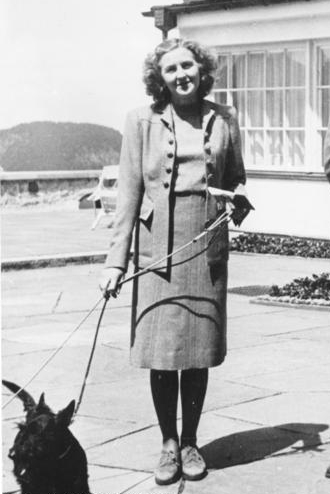 Eva_Braun_walking_dog