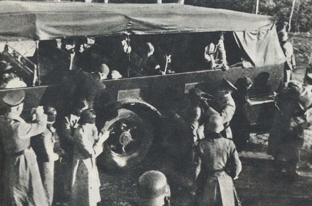 Polish_Hostages_preparing_in_Palmiry_by_Nazi-Germans_for_mass_execution_2