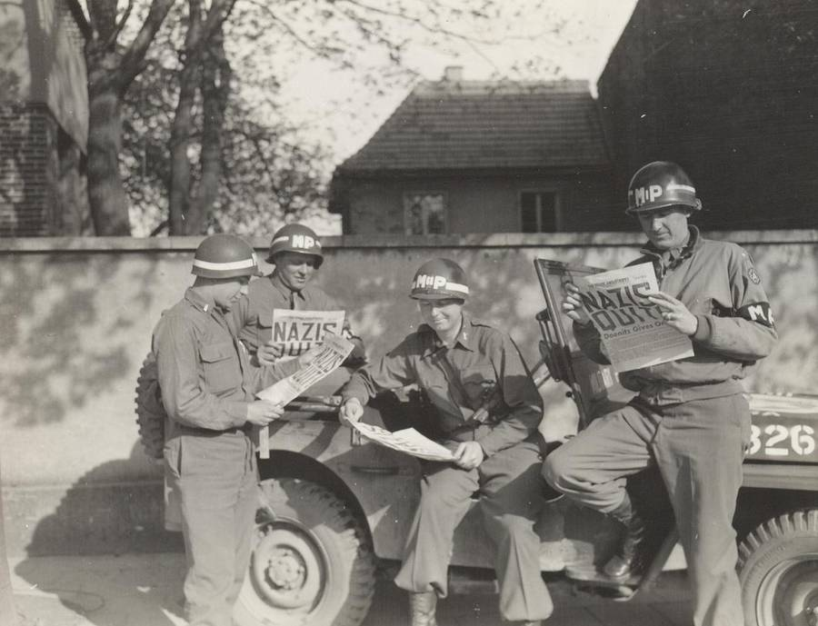 soldiers-read-newspaper
