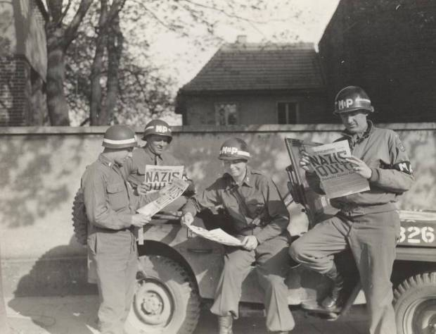 soldiers-read-newspaper