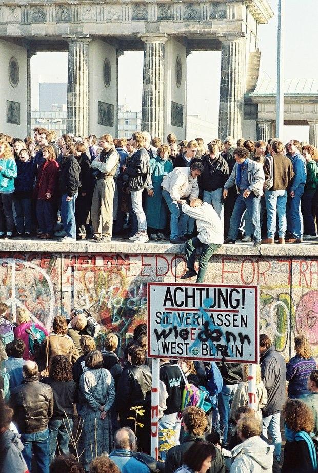 800px-BerlinWall-BrandenburgGate