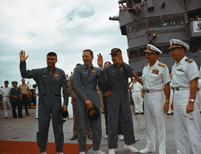 apollo-thirteen-astronauts-waving
