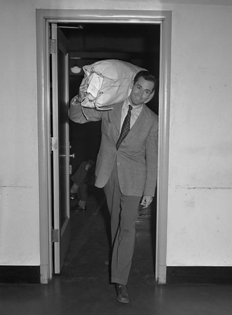 Henry_Fonda_enlisting_in_United_States_Navy,_1942