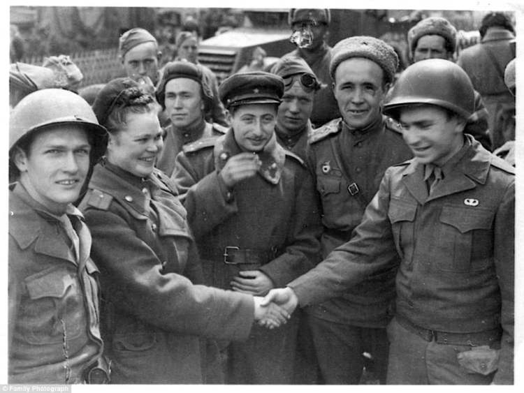 426EDEDB00000578-4719306-Ritchie_Boy_Manny_Steinfeld_right_greeted_Russian_soldiers_on_Ma-a-17_1500919712208