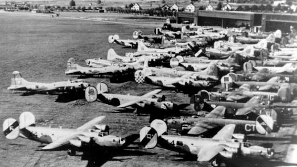 Forced_Landing_-_Flugplatz_Dübendorf_B17_and_B24__1944