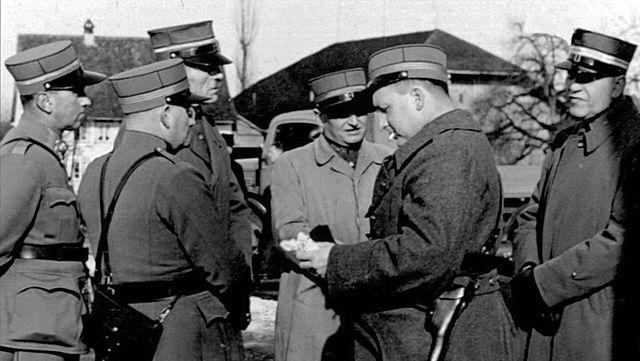 Notlandung_38-40_-_Wauwilermoos_Béguin_mit_Schweizer_Militärkader_Stufe_Hauptmann_bis_Oberst
