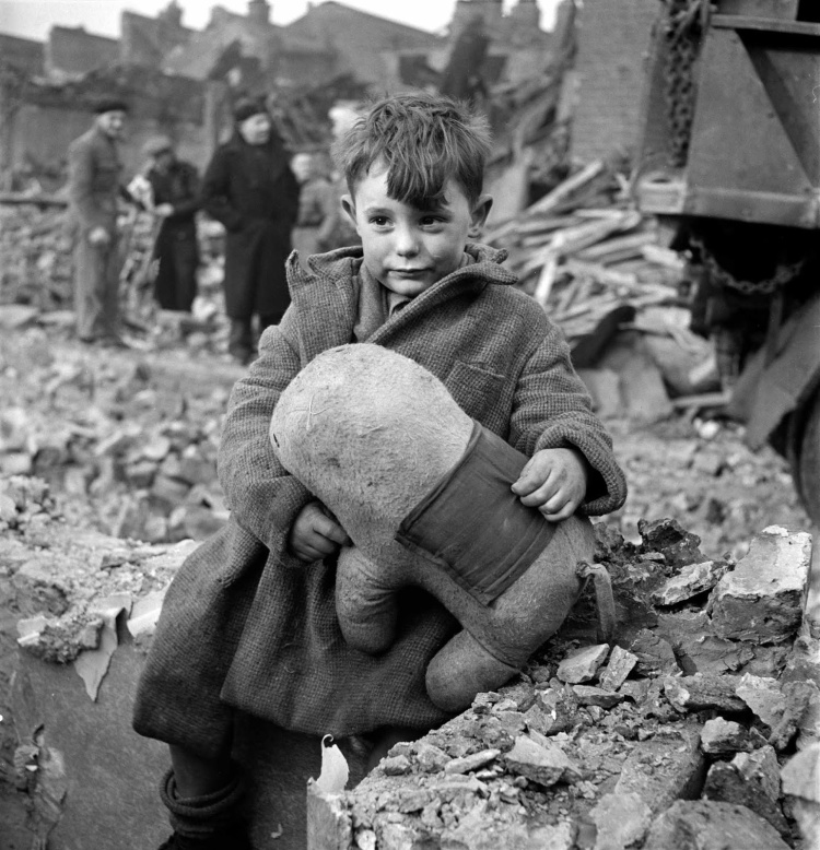 Toni_Frissell_Abandoned_boy,_London_1945