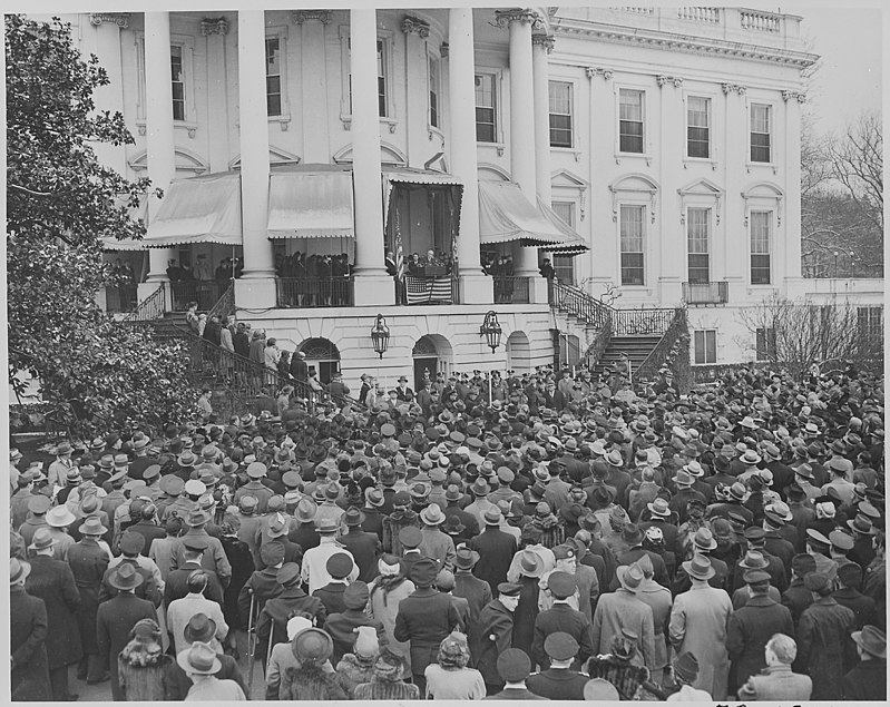 800px-Photograph_of_President_Franklin_D._Roosevelt_delivering_his_fourth_Inaugural_Address._-_NARA_-_199054