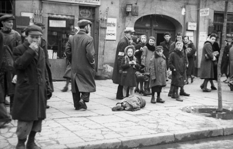 Polen, Ghetto Warschau, Kind in Lumpen