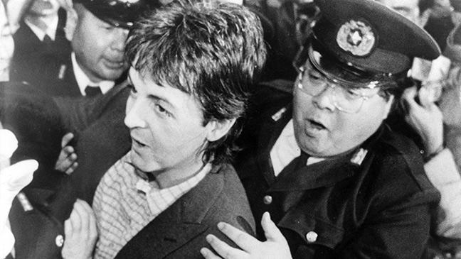 paul-mccartney-leaving-japan-after-being-in-jail-136395479236803901-150115143636