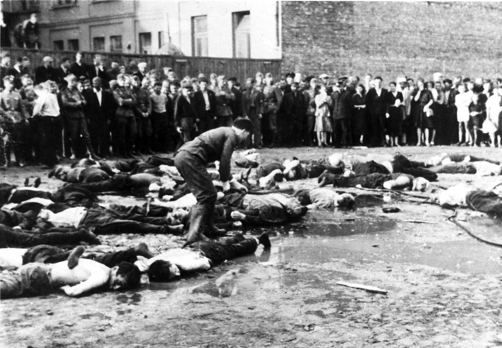 The Kovno Garage Massacre - Lithuanian nationalists clubbing Jewish Lithuanians to death, 1941 (1)