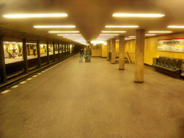 1024px-Berlin-_U-Bahnhof_Zoologischer_Garten-_U_2-_Bahnsteig-_Richtung_Ruhleben_7.8.2010
