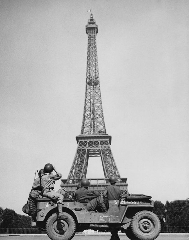 American_soldiers_watch_as_the_Tricolor_flies_from_the_Eiffel_Tower_again