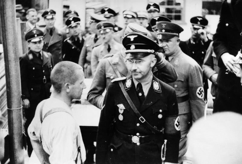 Bundesarchiv_Bild_152-11-12,_Dachau,_Konzentrationslager,_Besuch_Himmlers