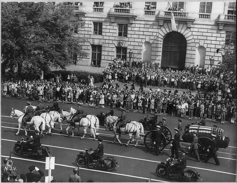 800px-Franklin_Roosevelt_funeral_procession_1945