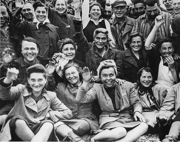 Female_Dachau_Waving