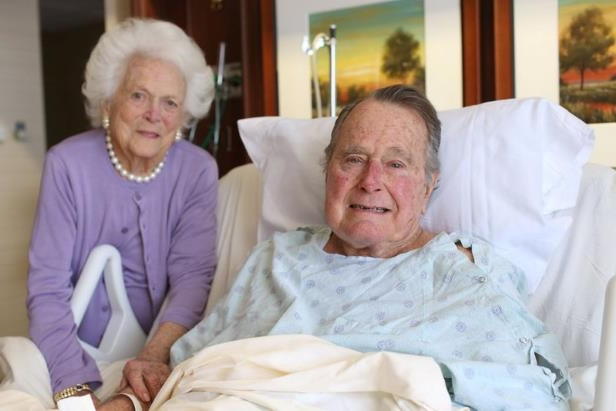 former-president-george-h-w-bush-and-his-wife-barbara-bush-are-pictured-in-houston-methodist-hospita_589973_