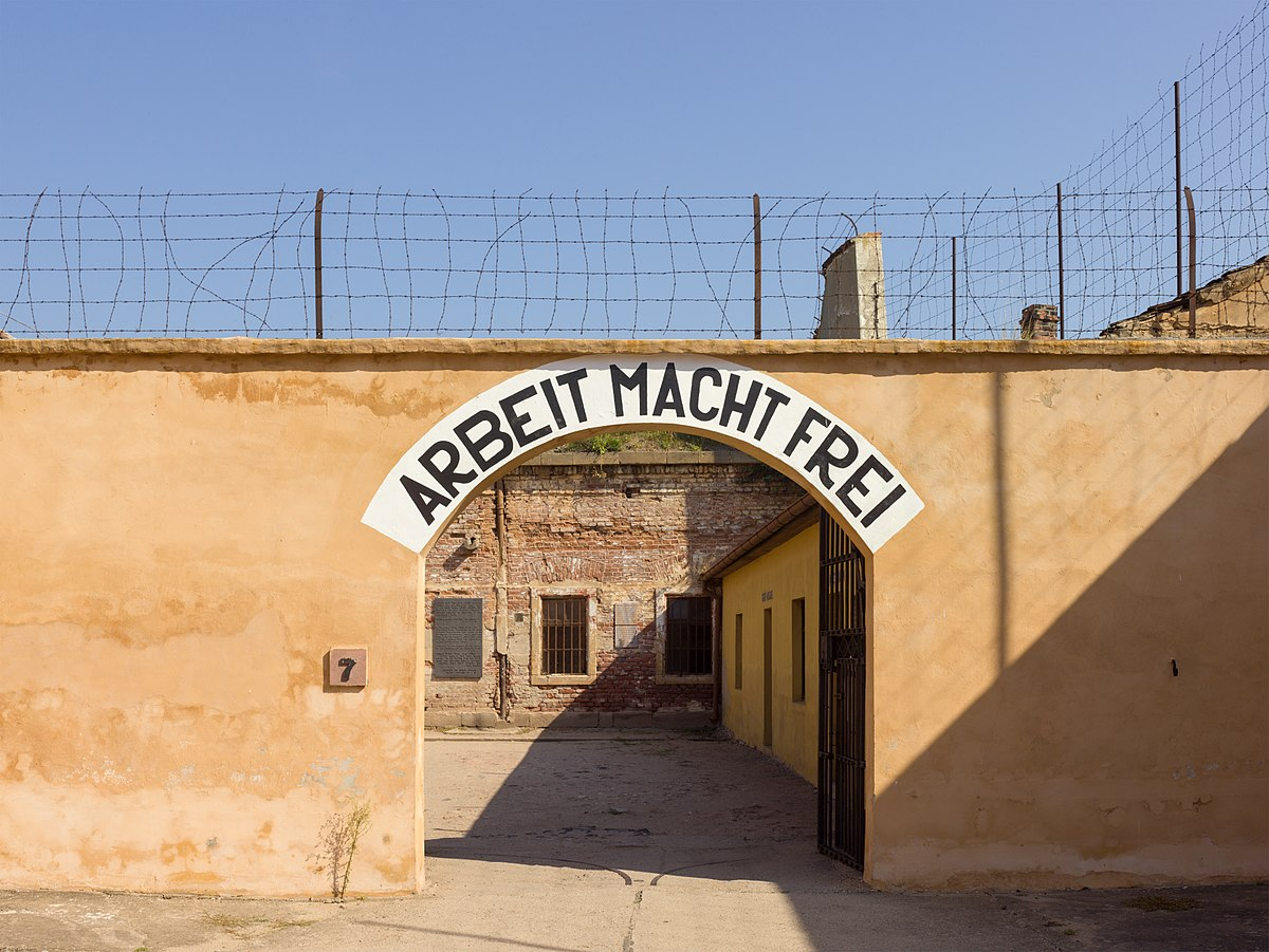 1200px-Czech-2013-Terezin-Theresienstadt-Arbeit_macht_frei