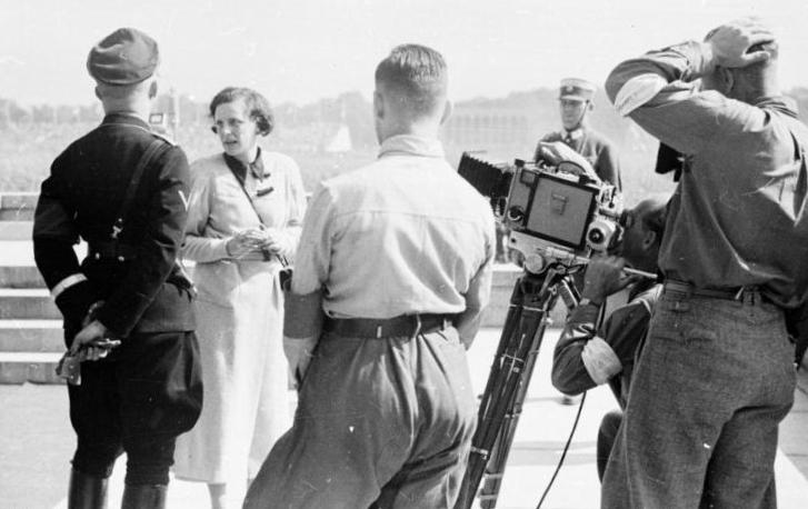 Bundesarchiv_Bild_152-42-31,_Nürnberg,_Leni_Riefenstahl_mit_Heinrich_Himmler (1)