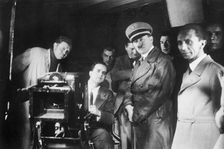 Bundesarchiv_Bild_183-1990-1002-500,_Besuch_von_Hitler_und_Goebbels_bei_der_UFA_retouched