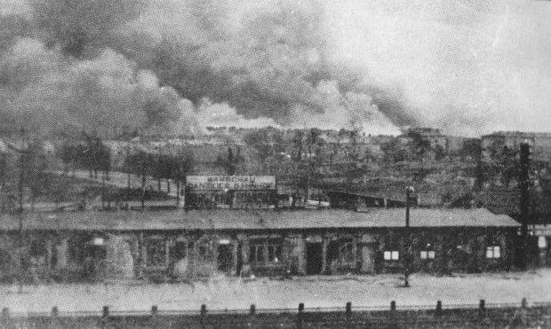 Dworzec_Gdański_i_płonące_getto_1943