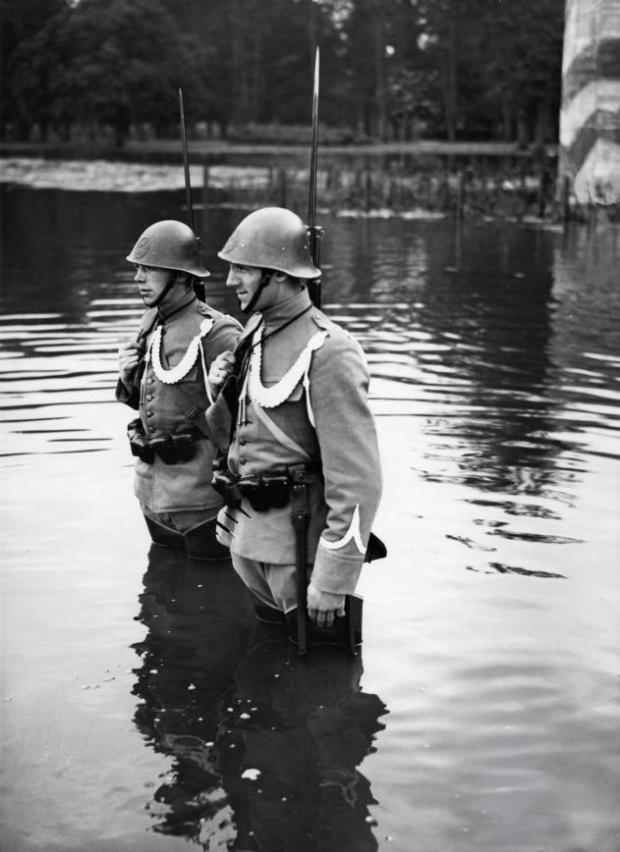 Mobilisatie_1939_Dutch_soldiers_on_guard