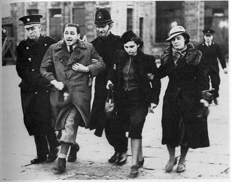 800px-Jewish_refugees_at_Croydon_airport_1939