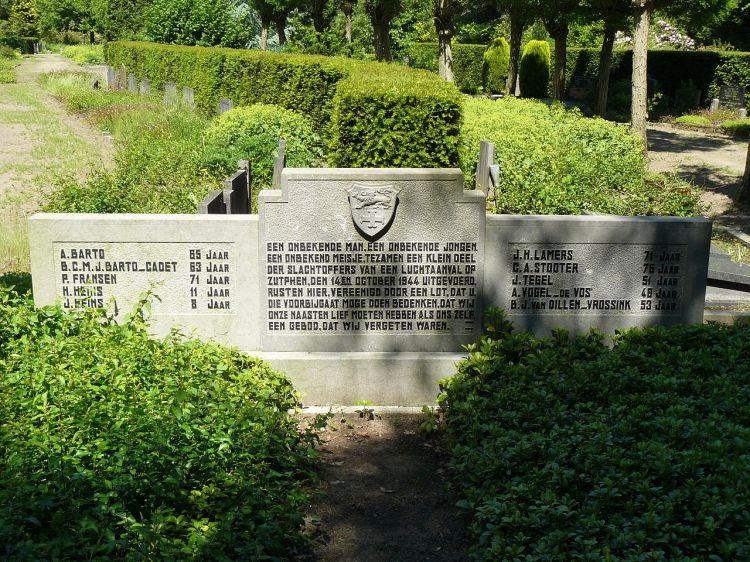 1280px-grafmonument_voor_dertien_burgerslachtoffers_op_de_algemene_begraafplaats_zutphen